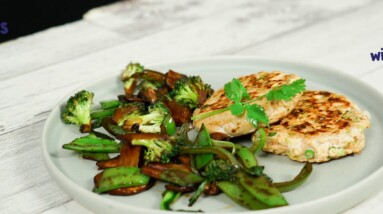 Spicy chicken burgers with stir-fried vegetables recipe