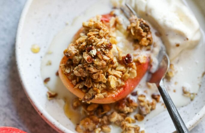easy baked apples with crumb topping